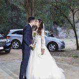 Melissa Jiménez y Marc Bartra besándose tras su boda