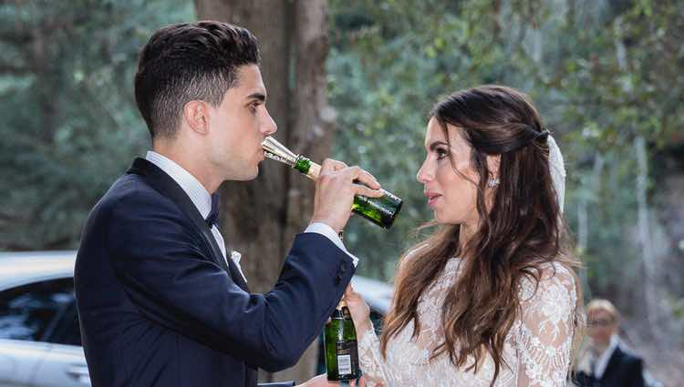 La 'cobra' de Marc Bartra a Melissa Jiménez al posar para la prensa tras su boda