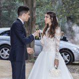Melissa Jiménez y Marc Bartra brindando tras su boda