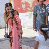 Paula Echevarría haciendo fotografías en el Corpus Christi de Candás