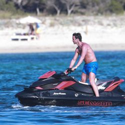 Álvaro Muñoz Escassi montando en moto de agua en Ibiza