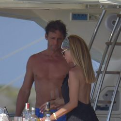 Álvaro Muñoz Escassi y Lara Dibildos a bordo de un yate en Ibiza