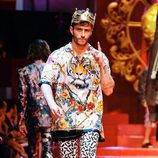 Pelayo Díaz rindiendo homenaje a David Delfín sobre la pasarela de Dolce&Gabbana en Milán