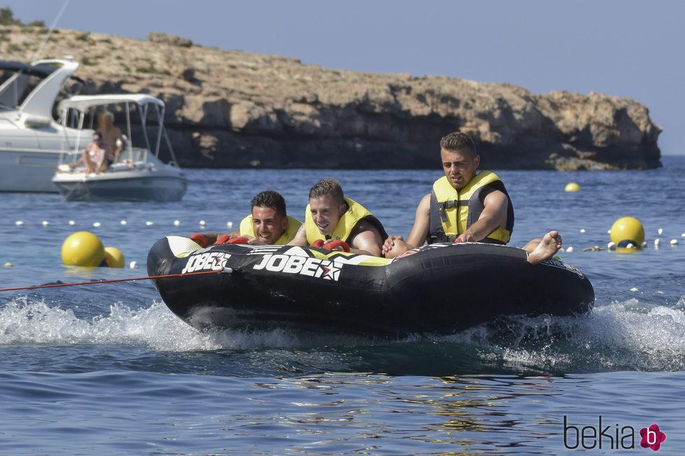 Iker Muniain en Formentera subido en una gran colchoneta con unos amigos