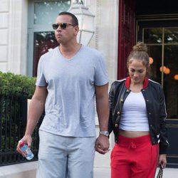 Jennifer Lopez y Alex Rodríguez paseando por París