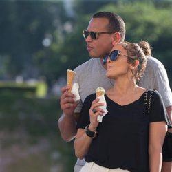 Jennifer Lopez y Alex Rodríguez muy enamorados en París