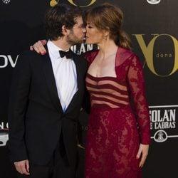 María Adánez y Nacho Medrano besándose en los Premios Yo Dona Internacional 2017
