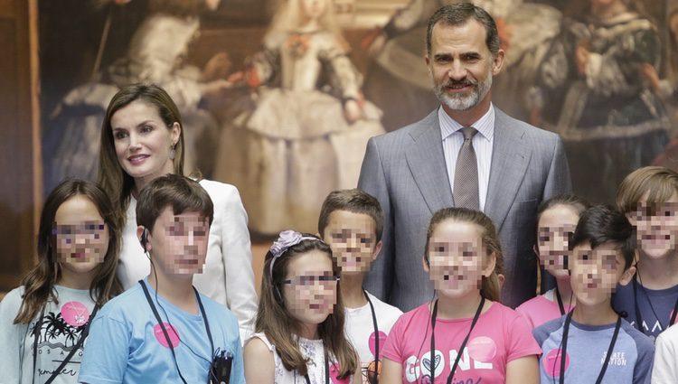 El Rey Felipe y la Reina Letizia rodeados de niños en el Museo del Prado