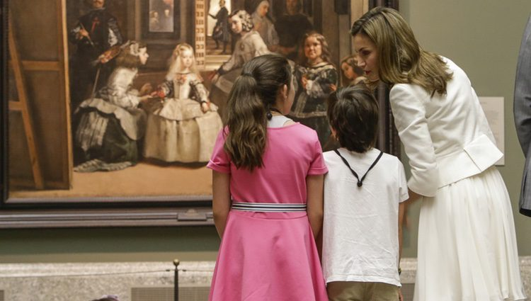 La Reina Letizia viendo el cuadro de 'Las Meninas' de Velázquez con unas niñas en el Museo dle Prado