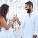 Malena Costa poniendo el anillo a Mario Suárez el día de su boda