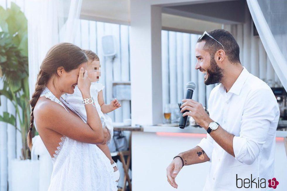 Malena Costa y Mario Suárez con su hija Matilda el día de su boda
