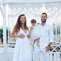 Malena Costa junto a Mario Suárez y su hija Matilda luciendo embarazo el día de su boda