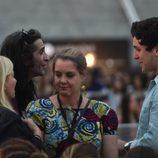 Froilán habla con Mario Vaquerizo en el concierto de Taburete en un evento de moda