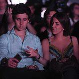 Froilán pone morritos para hacerse un selfie con su novia en el concierto de Taburete en un evento de moda