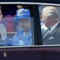 La Reina Isabel y el Príncipe de Carlos de camino a la apertura del Parlamento