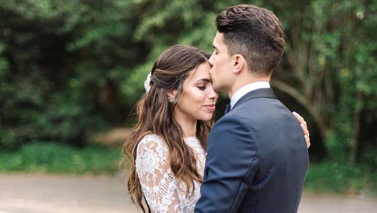 Marc Bartra besando en la frente a Melissa Jiménez en su boda