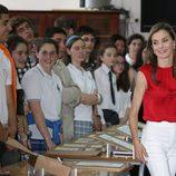 La Reina Letizia con unos niños en Asturias