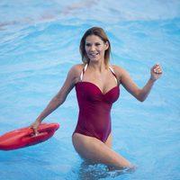 Ivonne Reyes dándose un chapuzón en una piscina de olas