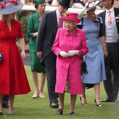 La Reina Isabel con el Duque de York y las Princesas Beatriz y Eugenia en Ascot 2017