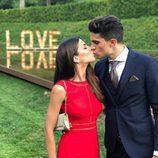 Marc Bartra y Melissa Jiménez besándose en la boda de Marc Muniesa y Sara Campeny