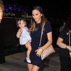 Irene Rosales con su hija Ana en brazos llegando al concierto de Isabel Pantoja en Sevilla