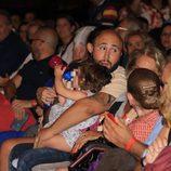 Kiko Rivera con su hija Ana en el concierto de Isabel Pantoja en Sevilla