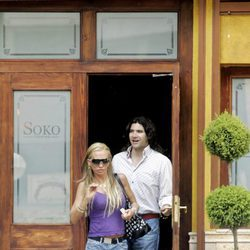 Belén Esteban y Toño Sanchís saliendo de un restaurante de Madrid