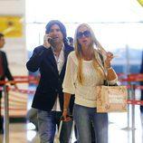 Toño Sanchís y Belén Esteban en el aeropuerto de Madrid