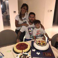Leo Messi celebrando su 30 cumpleaños con Antonella Roccuzzo y sus hijos Thiago y Mateo