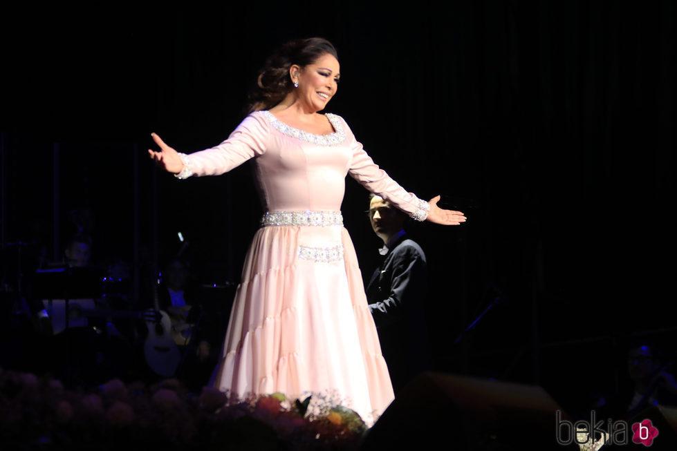 Isabel Pantoja agradeciendo al público de Sevilla su cariño