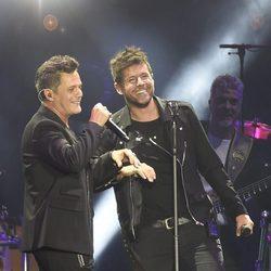 Pablo López cantando junto a Alejandro Sanz en el concierto 'Más es Más'