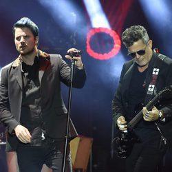 Dani Martín y Alejandro Sanz durante el concierto 'Más es Más'
