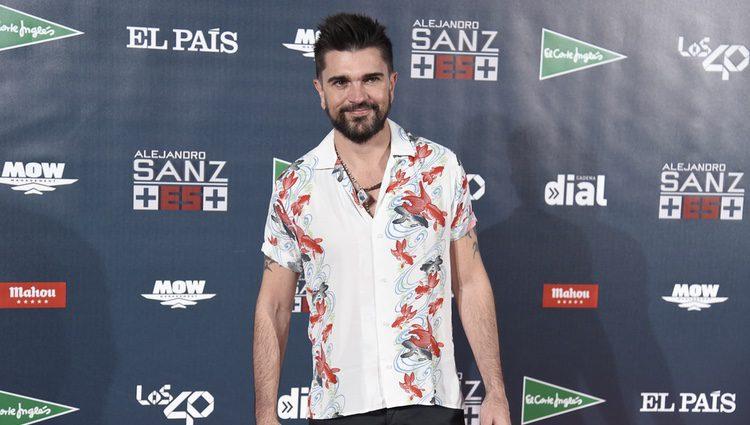 Juanes posando en el photocall del concierto 'Más es Más' de Alejandro Sanz