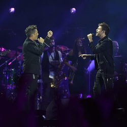 Pablo López y Alejandro Sanz cantando juntos en 'Más es Más'