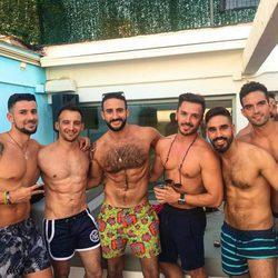 Alejandro Amenábar junto a Eliad Cohen y varios amigos en la piscina