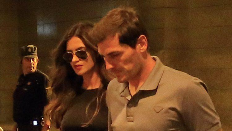 Iker Casillas y Sara Carbonero entrando en el concierto 'Más es Más'