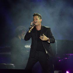 Alejandro Sanz cantando durante el concierto 'Más es Más'