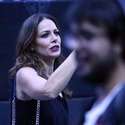 Eva González haciendo una foto durante el concierto 'Mas es Más'