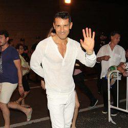 Jesús Vázquez saludando en el concierto 'Más es Más'