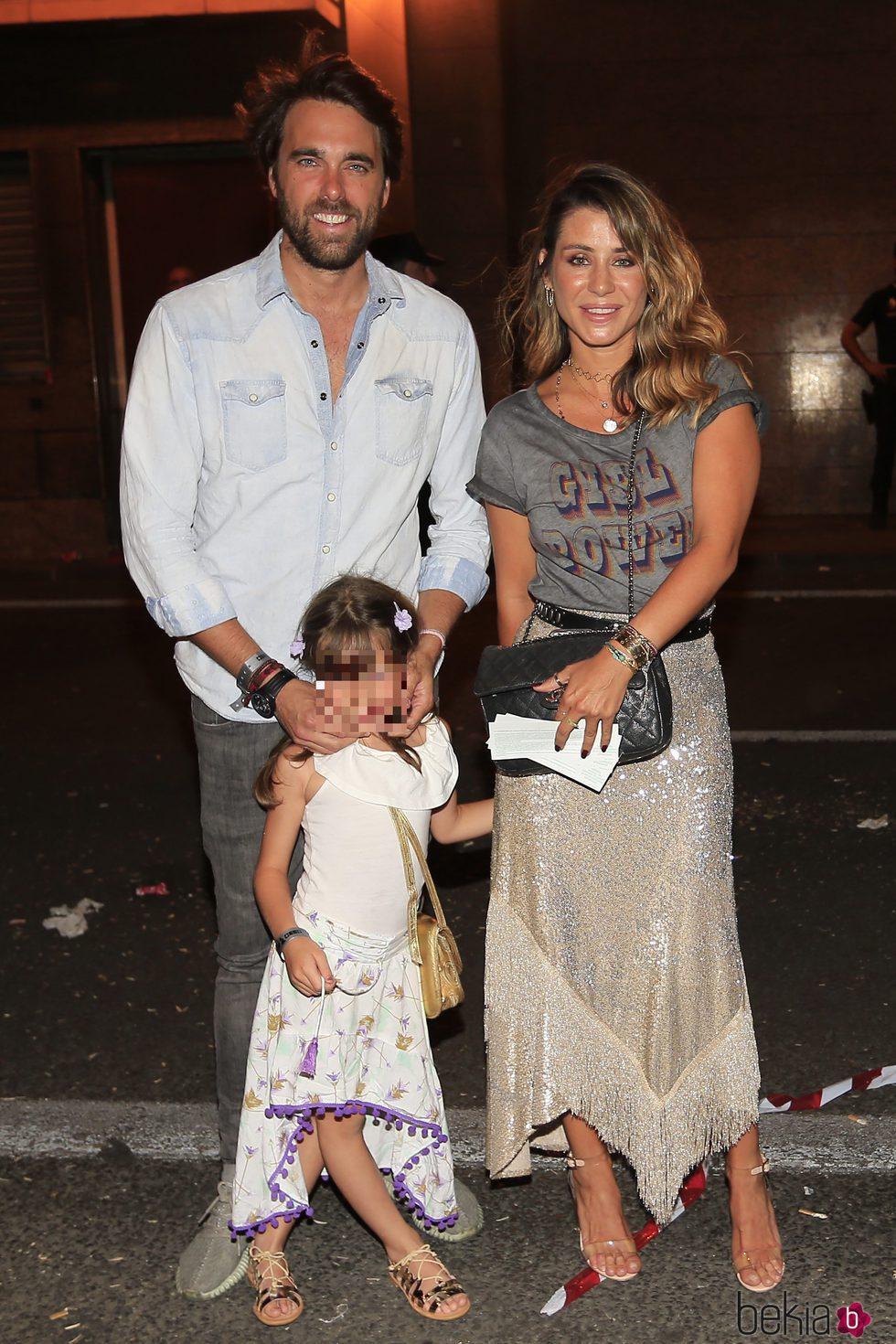 Elena Tablada con Javier Ungría y Ella Bisbal llegando al concierto de Alejandro Sanz 'Más es más' en Madrid