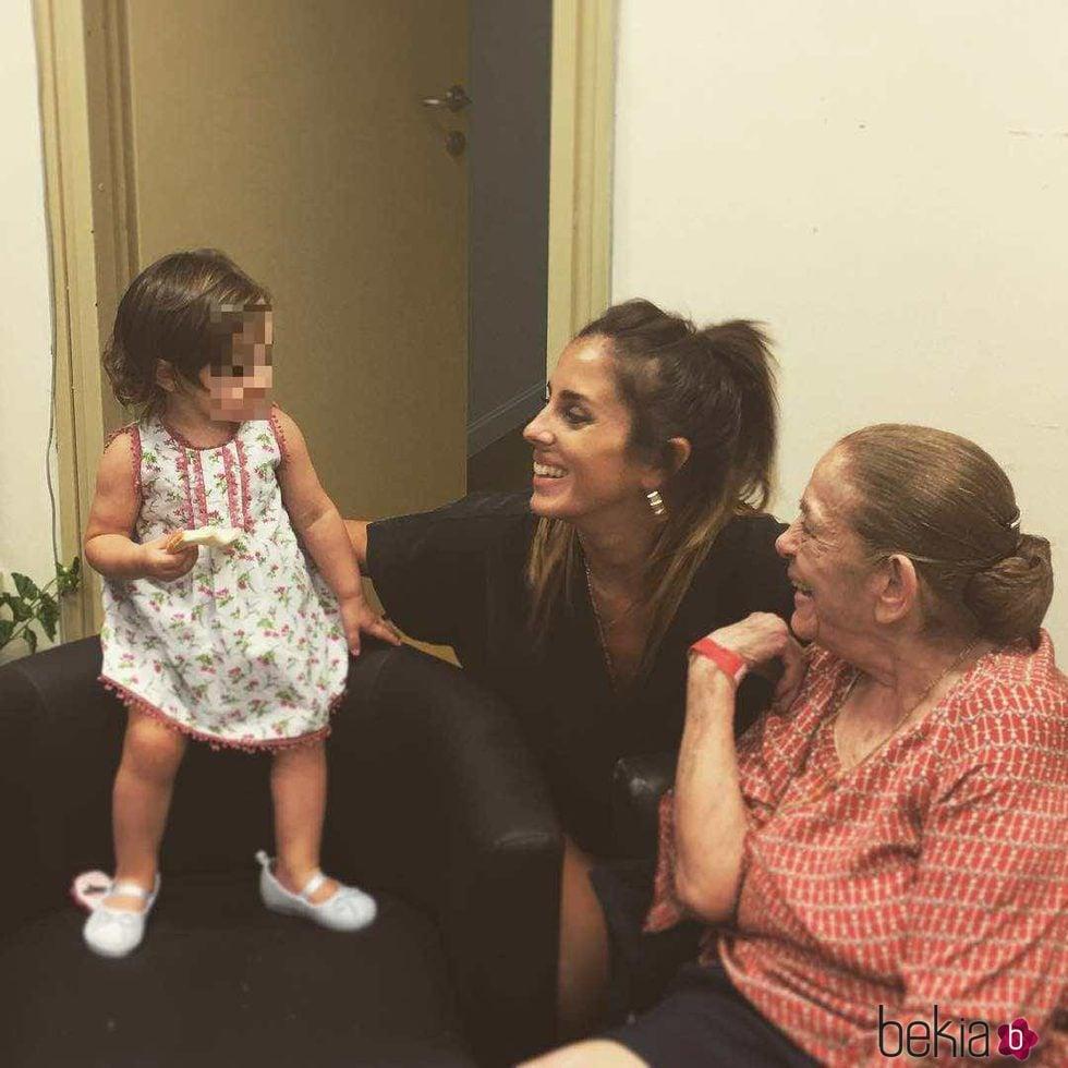 Anabel Pantoja con su abuela Doña Ana y con Ana Rivera Rosales en el backstage del concierto de Isabel Pantoja en Sevilla