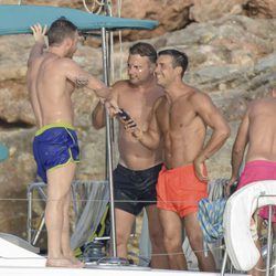 Mario Casas en bañador bromeando con sus amigos en un barco en Ibiza