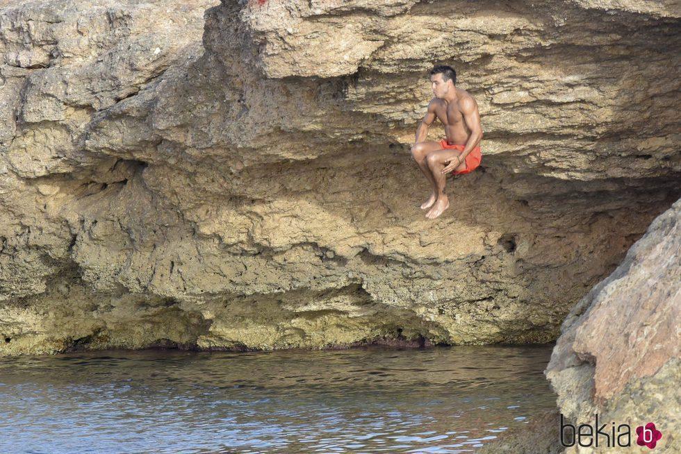 Mario Casas se tira al mar desde un acantilado en Ibiza