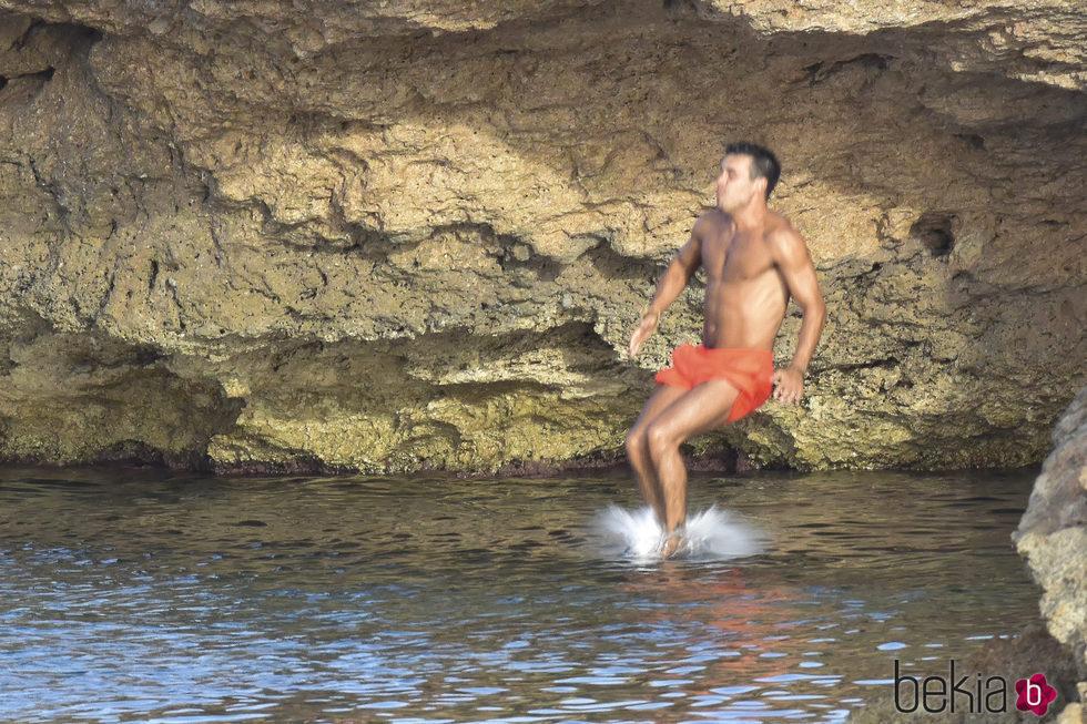Mario Casas entra en el mar tras tirarse al agua desde un acantilado en Ibiza