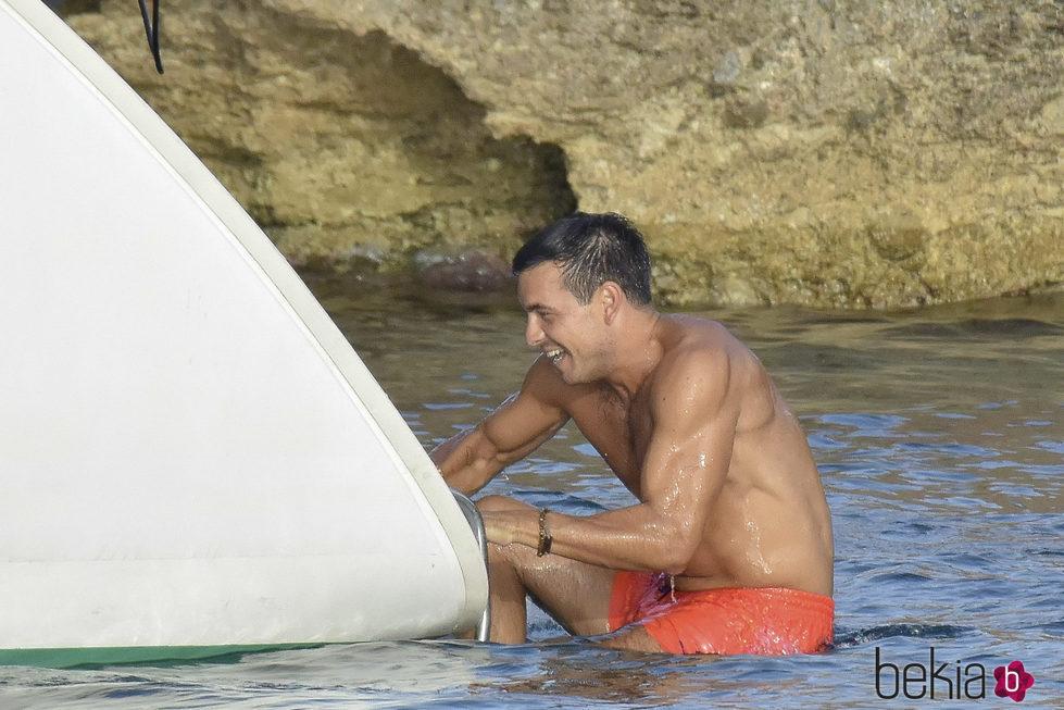 Mario Casas sube al barco tras tirarse al mar desde un acantilado en Ibiza