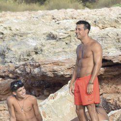Mario Casas luce torso desnudo en Ibiza en unas vacaciones con sus amigos