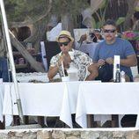 Mario Casas fumando una cachimba en Ibiza con sus amigos