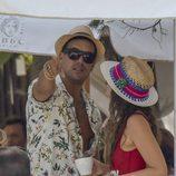 Mario Casas descubre a los paparazzi mientras habla con una chica en Ibiza