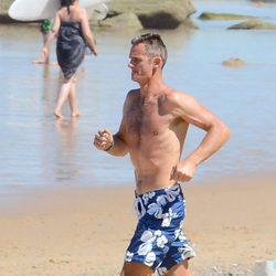 Iñaki Urdangarin corriendo por la playa en bañador