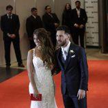 Leo Messi y Antonella Roccuzzo posando en su boda